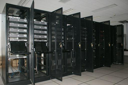 随着信息技术的高速发展和普及,中心机房建设及通信设备数量迅猛增加,机房已经成为各类企事业单位业务管理的核心平台。机房中配置了网络设备、计算机服务器及其它通讯设备的机房成为数据交换与存储的重要场所,需要特别的措施加以防护。但是机房耗能严重也成为了一个业绩厂商特别头疼的一个事情。  企业数据中心中心的耗电